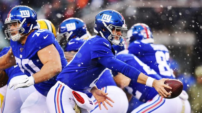 EAST RUTHERFORD, NEW JERSEY - DECEMBER 01: Daniel Jones #8 of the New York Giants hands off the ball during the first half of their game against the Green Bay Packers at MetLife Stadium on December 01, 2019 in East Rutherford, New Jersey..