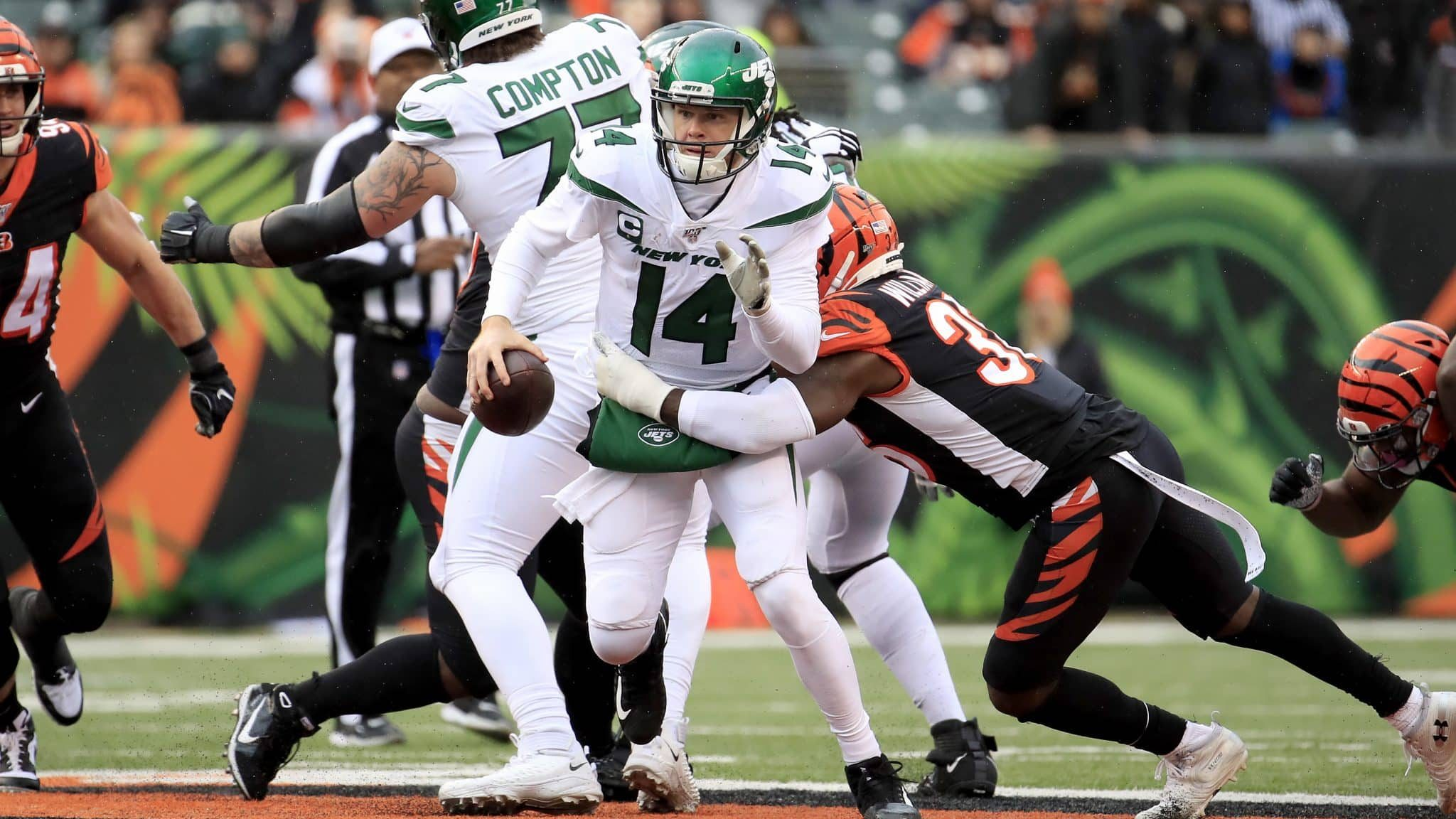 Sam Darnold looks to avoid the Cincinnati Bengals pass rush.