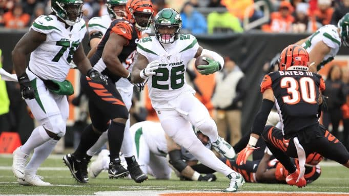 CINCINNATI, OHIO - DECEMBER 01: Le'Veon Bell #26 of the New York Jets runs with the ball during the game against the Cincinnati Bengals at Paul Brown Stadium on December 01, 2019 in Cincinnati, Ohio.