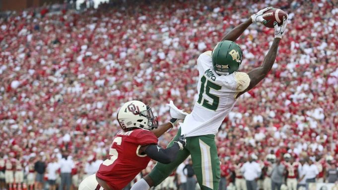 NORMAN, OK - SEPTEMBER 29: Wide receiver Denzel Mims #15 of the Baylor Bears catches a touchdown in front of cornerback Tre Brown #6 of the Oklahoma Sooners at Gaylord Family Oklahoma Memorial Stadium on September 29, 2018 in Norman, Oklahoma. New York Jets